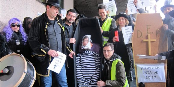 8. Funcionarios en huelga representan en Vigo el 'entierro' de la justicia