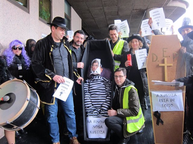Funcionarios en huelga representan el 'entierro' de la justicia