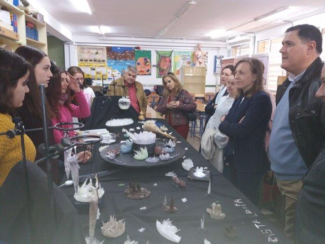 Fernández dialoga con los alumnos ganadores del concurso