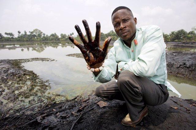 Muestra del vertido de Shell en el Delta del Niger (Nigeria)