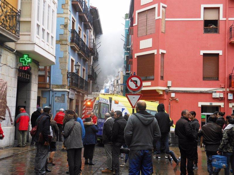 Intoxicadas por humo seis personas tras declararse un incendio en una vivienda del casco viejo de Bermeo (Bizkaia)