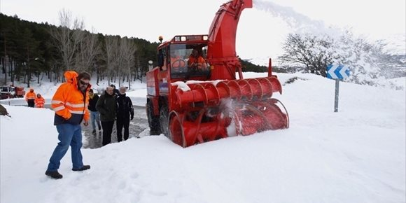 3. Mazón destaca el trabajo de los operarios de carreteras durante el temporal de nieve