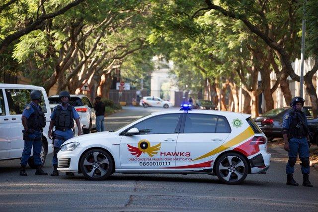 Policías alrededor de la casa de la familia Gupta, en Johannesburgo, Sudáfrica