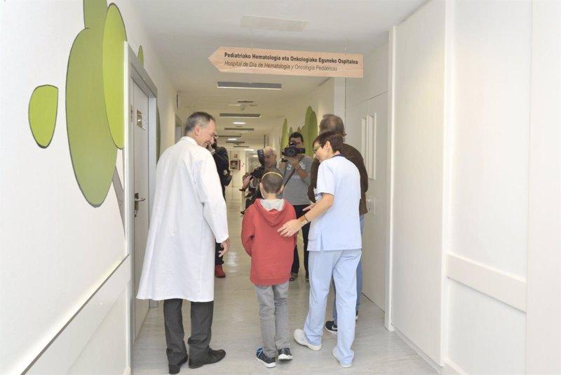 Tres asociaciones vascas de niños con cáncer reclaman unidades de oncología específicas para adolescentes