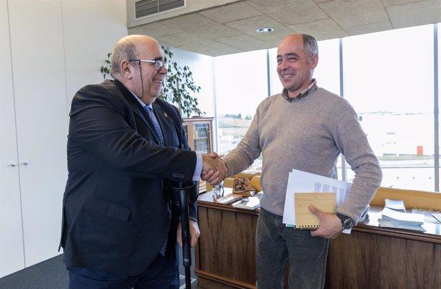Consejero de Medio Rural, Jesús Oria, y alcalde de Arenas de Iguña, Pablo Gómez