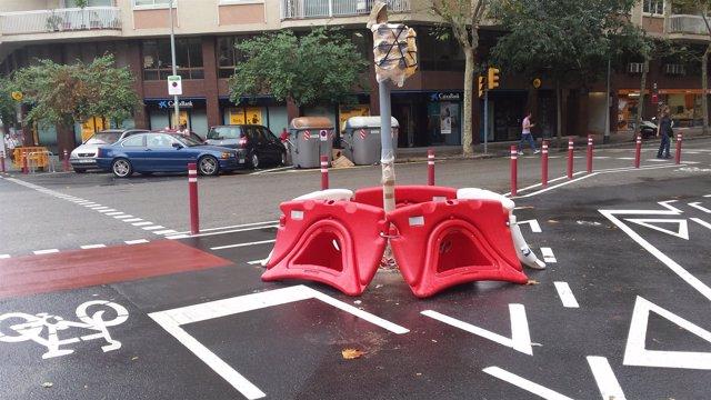 Carril bici de Barcelona en País con Calàbria con semáfoto y rotonda
