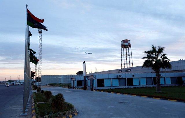 Un avión sobrevuela el aeropuerto de Mitiga, en Trípoli, Libia