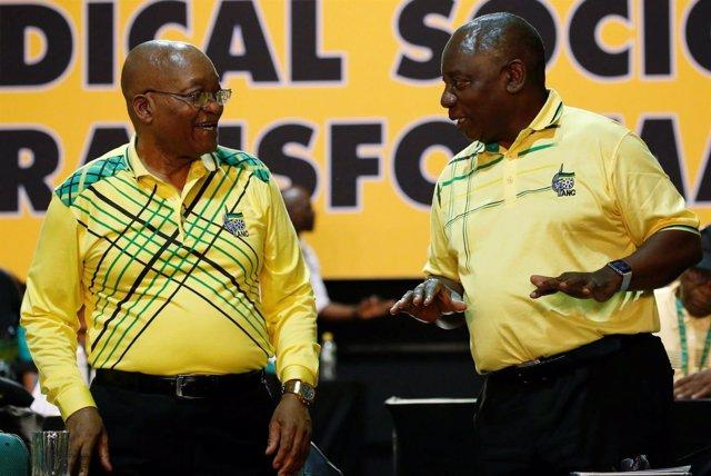 Cyril Ramaphosa (derecha) charla con el presdiente, Jacob Zuma