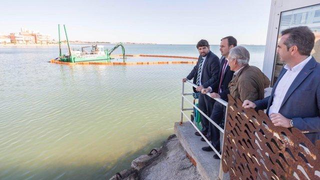 López Miras asiste al inicio de los ensayos de extracción de lodo Mar Menor