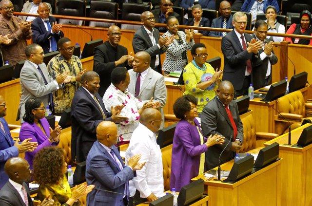 Ramaphosa, aplaudido por sus compañeros del ANC tras ser elegido presidente