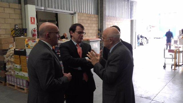 Jesús Mediavilla conversa con Fernández Mañueco y Jesús Julio Carnero