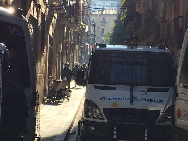 Desalojo de una finca 'okupada' en el Raval de Barcelona
