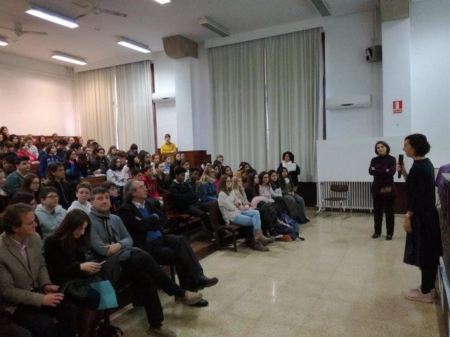 Científicas mallorquinas dan a conocer la tarea investigadora de las mujeres en centros educativos de Baleares