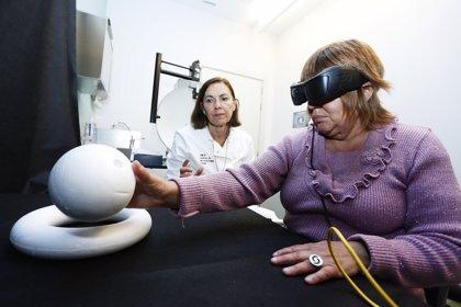 La primera paciente en Europa con el chip de retina 'IRIS II' finaliza el entrenamiento ubicando y distinguiendo objetos
