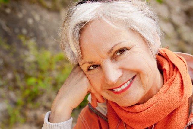 Mujer mayor sonriente, menopausia