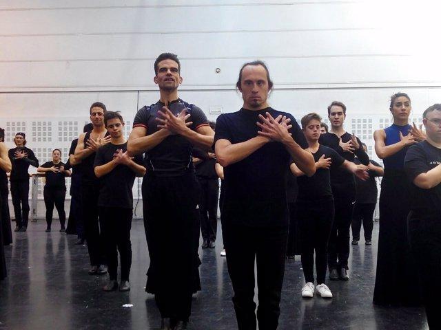 Jóvenes con Síndrome de Down ensayan con el Ballet Nacional de España