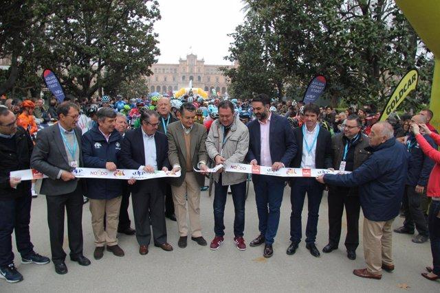 Corte de la cinta de la salida de la cuarta etapa de la Vuelta a Andalucía