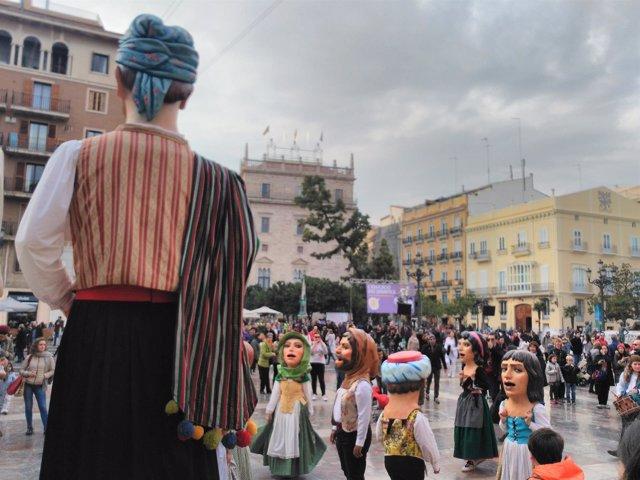 Los cabezudos han llenado la plaza de la Virgen de València