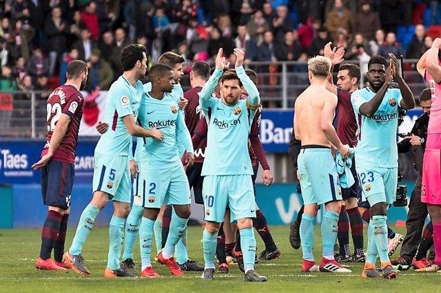 Messi saluda en Ipurua tras ganar en un Eibar-Barcelona