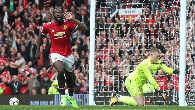 Romelu Lukaku marca con el Manchester United