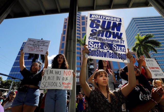 Manifestantes piden un control más estricto de armas en EEUU