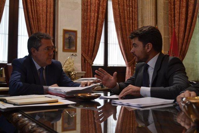 Juan Espadas  y Beltrán Pérez, druante la reunión