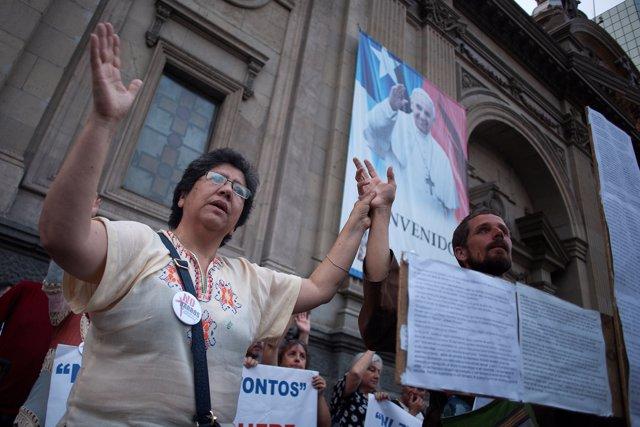 Concentración contra el obispo de la ciudad de Osorno, Juan Barros