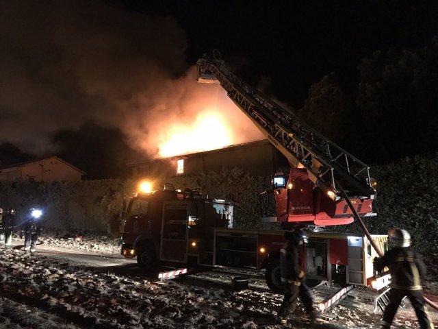 Los bomberos intervienen en un incendio en un chalet de Pozuelo