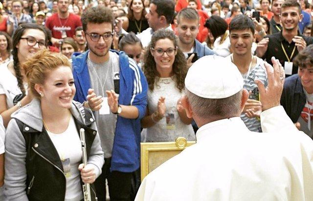 El Papa Francisco con un grupo de jóvenes en una audiencia