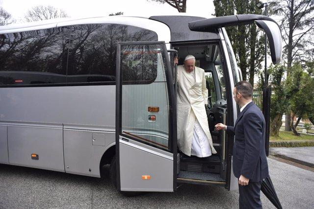 El papa Franciso bajando de un autobús