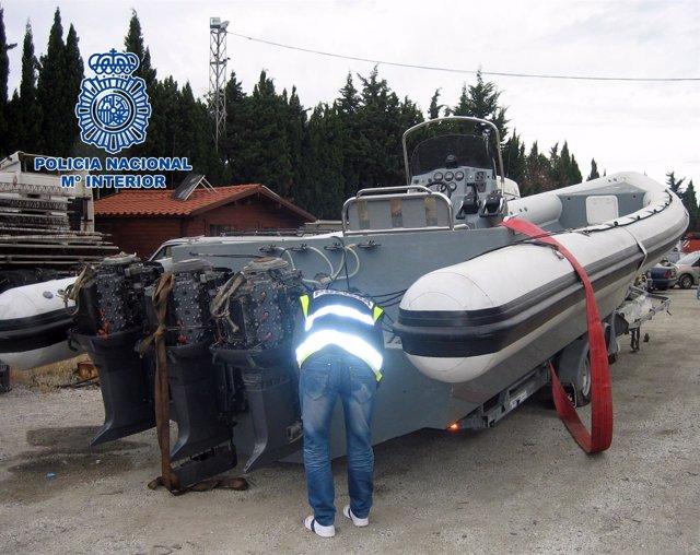 Una barca lancha neumática es intervenida por la policía.