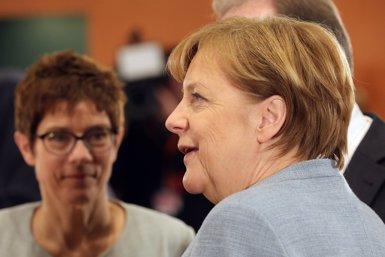 Merkel designa Annegret Kramp-Karrenbauer, vista com la seva successora, secretària general de la CDU (WOLFGANG KUMM/DPA)