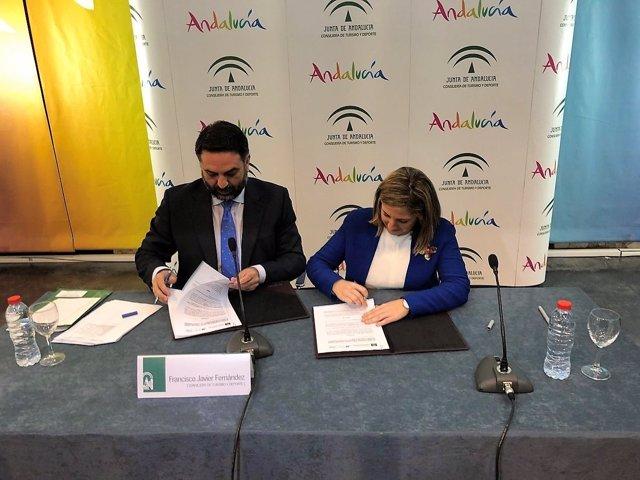 La presidenta de Diputación de Cádiz y el consejero de Turismo firman un acuerdo