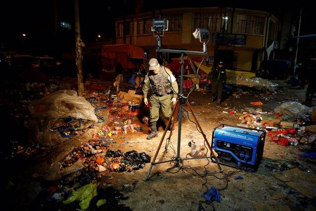 Policía inspecciona el lugar de una explosión durante el Carnaval de Oruro
