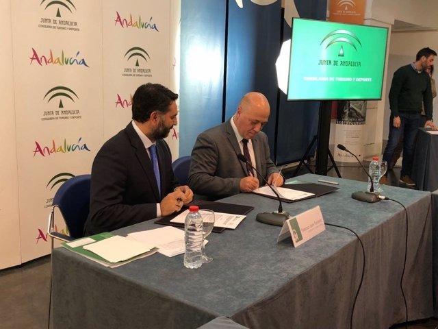 El consejero de Turismo (izda.) y el presidente de la Diputación de Córdoba