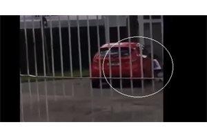 Una mujer brasileña abandona a su hija de 5 años en la calle y pese a los gritos acelera su coche