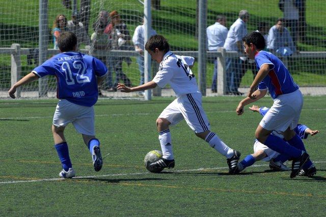 Niños juagando al fútbol, campo de fútbol
