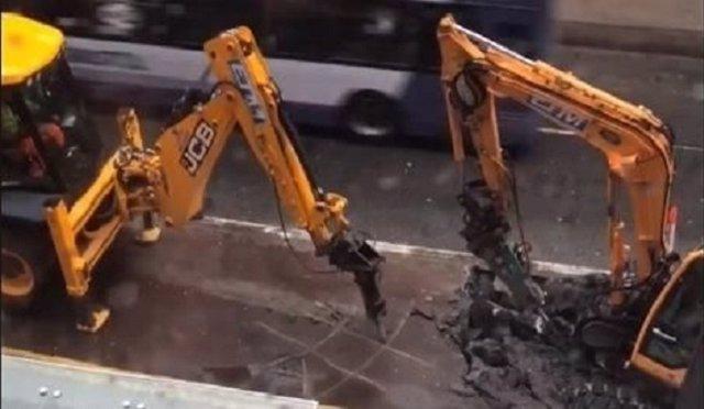 Excavadoras jugando al tres en raya