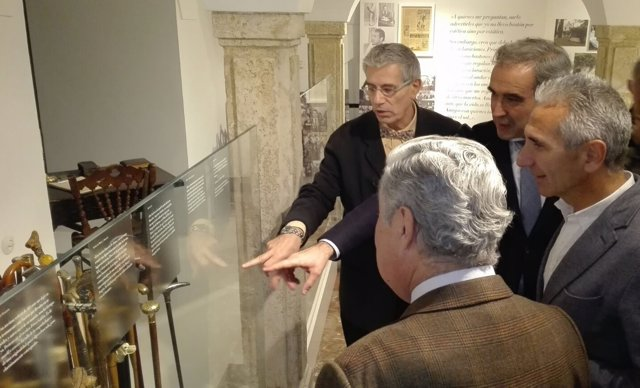 Vázquez y Gala (dcha.) observan la colección de bastones de Antonio Gala