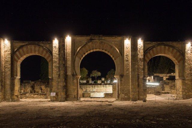 Imagen nocturna del Pórtico Oriental de Medina Azahara