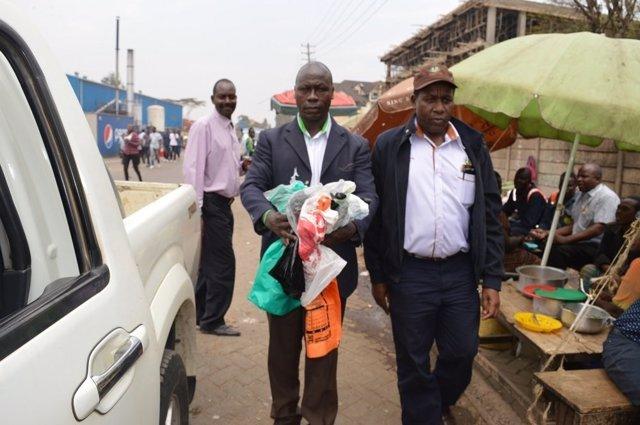Agentes confiscando bolsas de plástico en Kenia