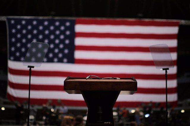 Bandera de Estados Unidos con un atril delante