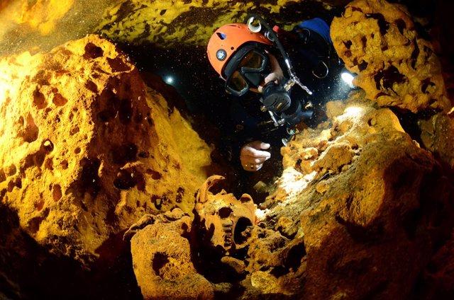 Submarinista mide la longitud del sistema de cuevas subterráneas Sac Actun