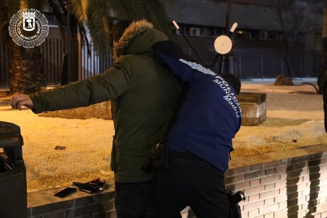 Agentes de la Policía municipal detienen a un hombre en Usera