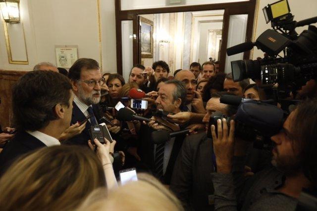 Rajoy atiende a los medios en los pasillos del Congreso