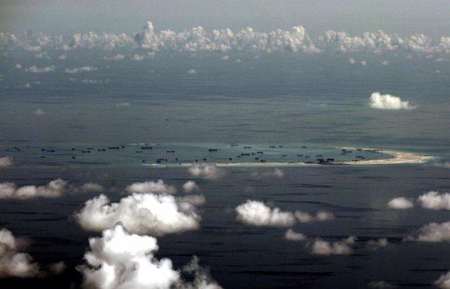Foto del Ejército filipino con las supuestas islas construidas por China