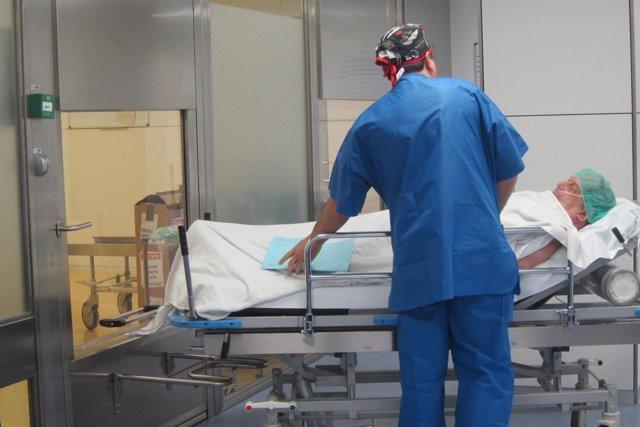 Paciente que sale de quirófano y es trasladado por un celador