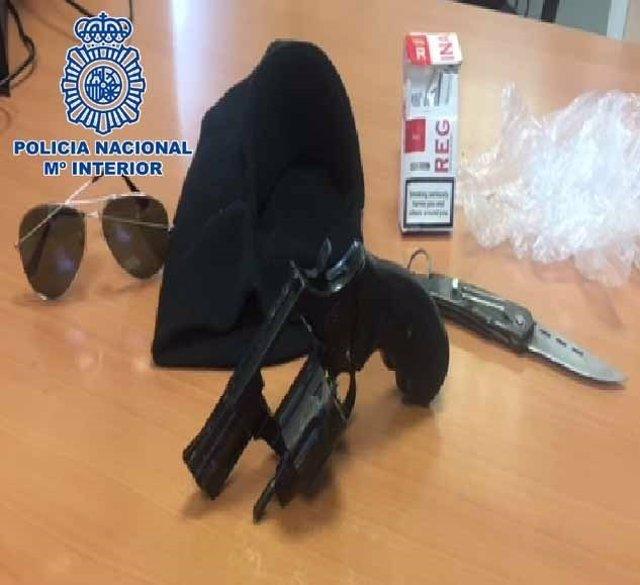 Objetos intervenidos al presunto atracador sorprendido 'in fraganti'
