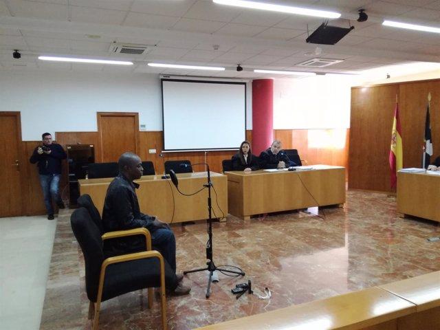 Juicio contra el padre del niño introducido en una maleta para entrar en España