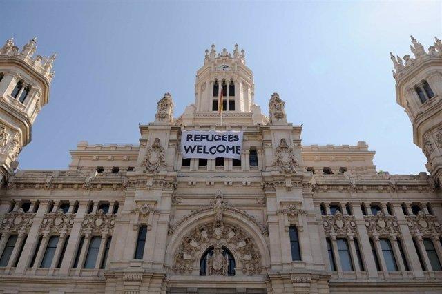 Pancarta de Welcome Refugees en el Ayuntamiento de Madrid